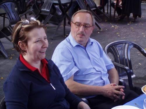 Ein Mann und eine Frau an einem Tisch.
