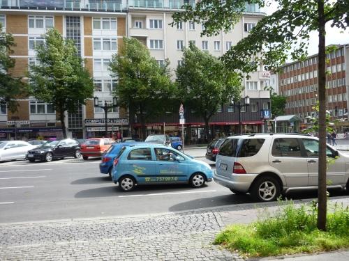 Eine breite, verkehrsreiche, innerstädtische Straße