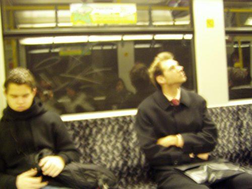 Zwei in der U-Bahn sitzende Passagiere.