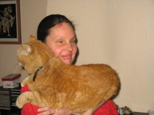 Eine Frau mit großer, roter Katze