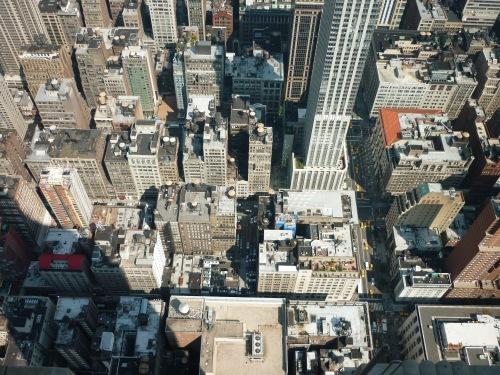 Blick von einem Wolkenkratzer in Manhattan auf die umliegenden Dächer