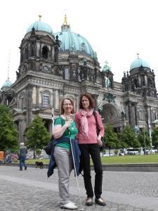 Zwei Frauen vor dem Berliner Dom