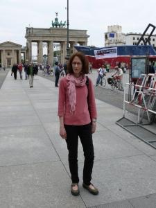 Eine Frau vor dem Brandenburger Tor
