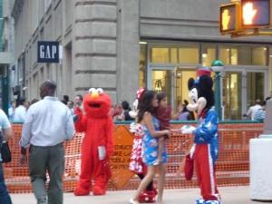 Straßenszene in New York mit Menschen in Comic-Figuren-Kostümen