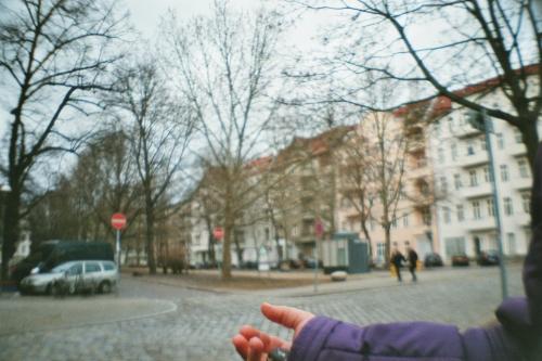 Eine Hand vor einer Wohnstraße
