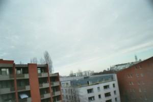 moderne Hochhäuser unter einem weiten Himmel
