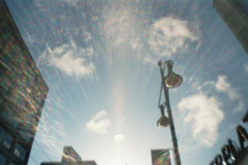 Ein Blick in den Himmel mit einer Laterne