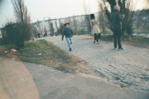 Eine Weggabelung in einem Park mit einigen Passanten