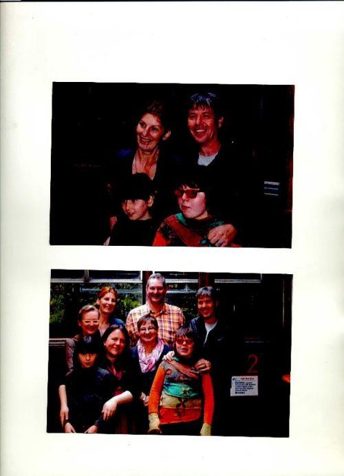 Zwei Gruppenfotos übereinander auf einer Albumseite. Das obere zeigt vier Menschen, das untere acht.
