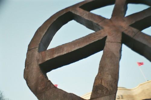 Eine Stahlskulptur, ein angeschnittenes Rad