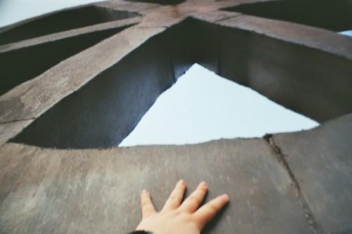 Eine Hand an einer Stahlskulptur
