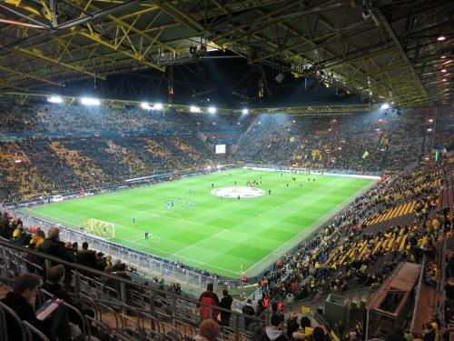 Ein großes modernes Fußballstadion aus der Vogelperspektive