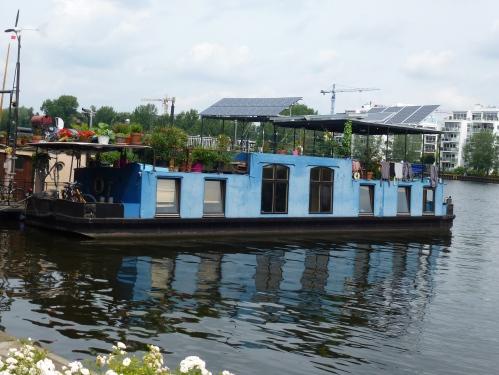 Ein blaues Hausboot