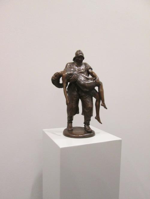 Bronzeskulpur eines Seenotretters, der seine Gerettete auf Händen trägt