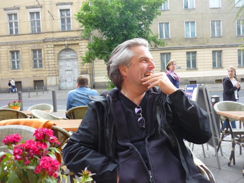 Ein Mann sitzend vor einer Straßenkulisse