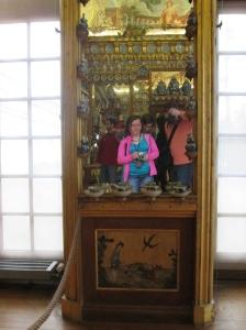 Ein mann und eine Frau fotografieren in einen alten Spiegel