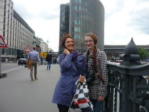 Zwei Frauen, an ein Brückengeländer gelehnt.