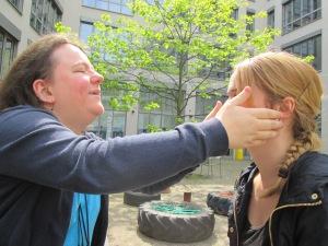 Eine Frau betastet das Gesicht einer anderen