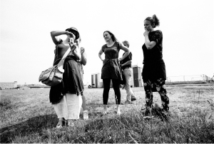 Eine blinde Fotografin und drei Studentinnen auf einer weiten Ebene.