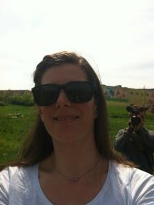 Porträt einer braunhaarigen Frau mit Sonnenbrille