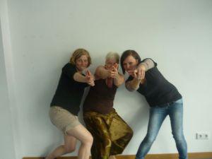 Meike, Korinna und Julia posieren als Drei Engel für Charlie