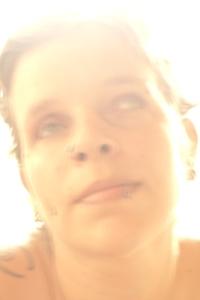 ein überbelichtetes, gelb wirkendes Gesicht