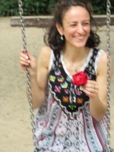 Eine lachende Frau auf einer Schaukel