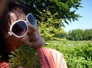 Selbstportrait einer dunkelhaarigen Frau mit Sonnenbrille.