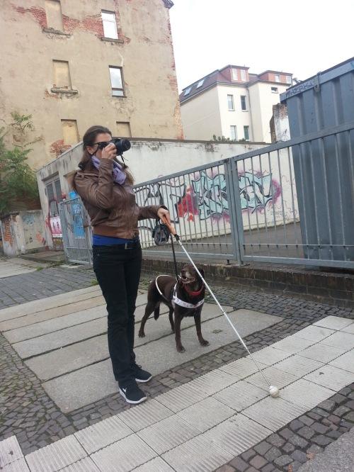 blinde Fotografin mit Hund