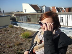 Meike mit Siljas Sonnenbrille und Stock