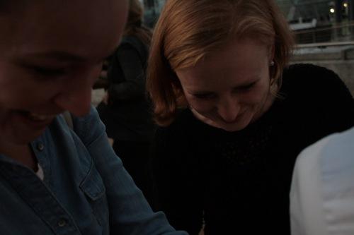 Zwei Frauen betrachten ein Objekt