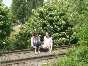 Zwei Frauen auf dem Gleis