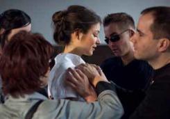 Titelbild Schönheit der Blinden: Eine schöne Frau, umgeben von vier Menschen die vorsichtig ihr Kleid betasten.