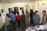 Der Workshop von oben. Ca. 10 Leute stehen in Grüppchen in der Galerie
