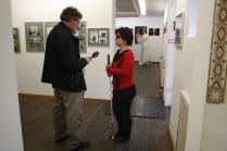 Ein Reporter hält einer Frau mit Langstock ein Mikro entgegen