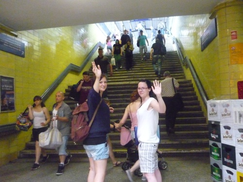 Zwei Frauen in einer Menschenmenge vor der Bahnhofstreppe