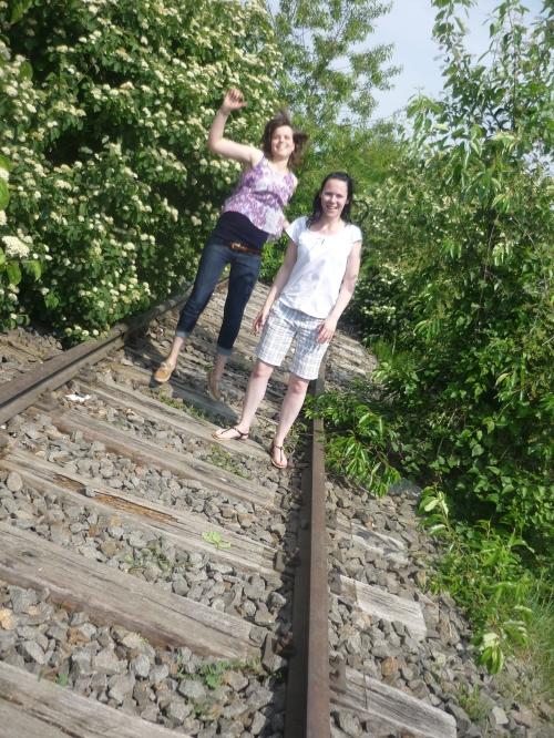 zwei Frauen auf den Bahngleisen