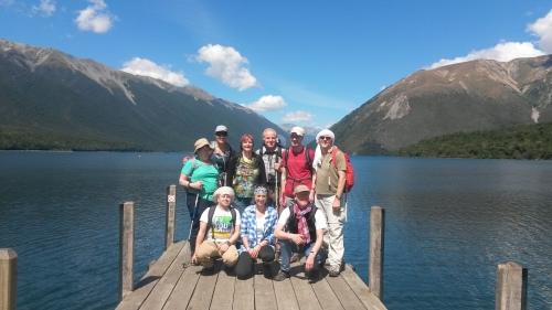 Gruppenbild auf einem Steg am Wasser