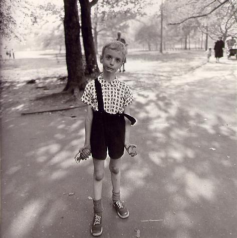 Junge mit Spielzeug Granate