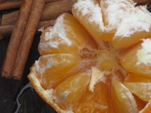 Draufsicht einer Orange und Zimtstangen