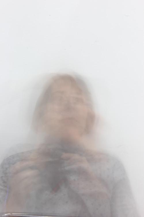 Grau verschwommener Umriss einer Frau