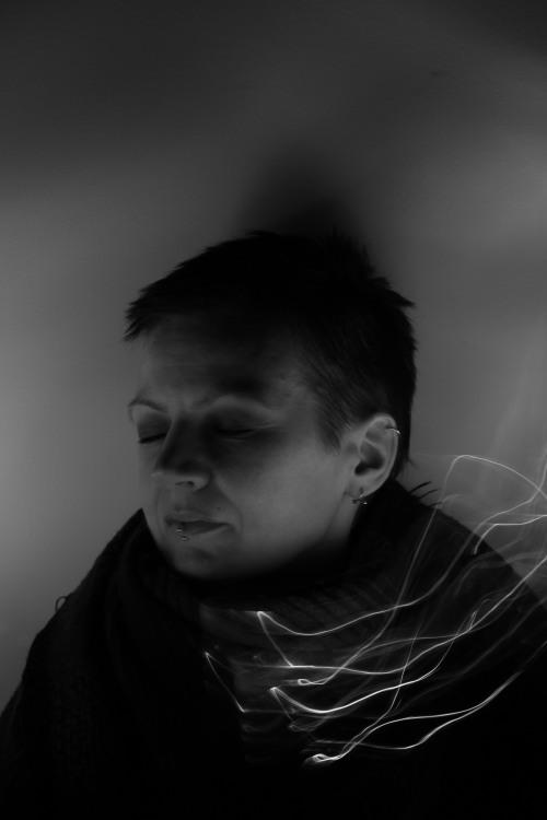 Portrait einer Frau mit Lichtgebilde