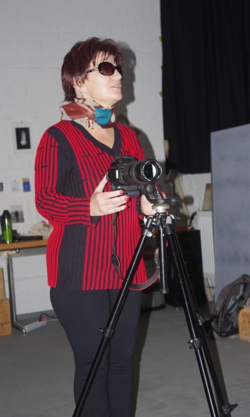 Silja berühlt eine auf einem Stativ stehende Kamera