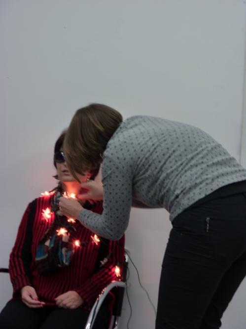 Eine Person befestigt eine Lichterkette an Silja