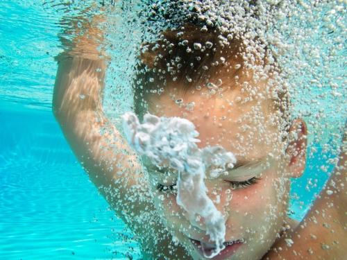Junge mit Wasserblasen