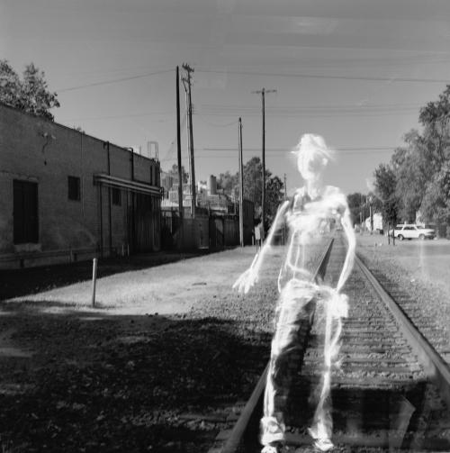 Ein Mann an Bahngleisen in schwarz-weiß
