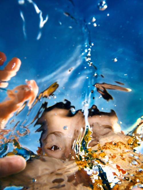 Zwei Jungen unter Wasser
