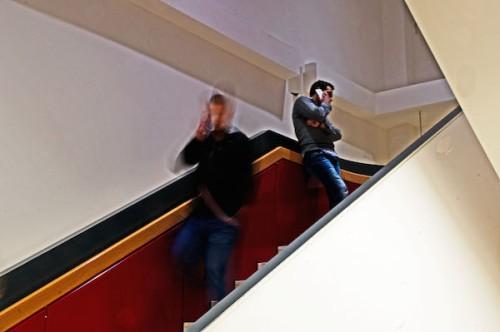 Telefonierende Männer auf einer Treppe